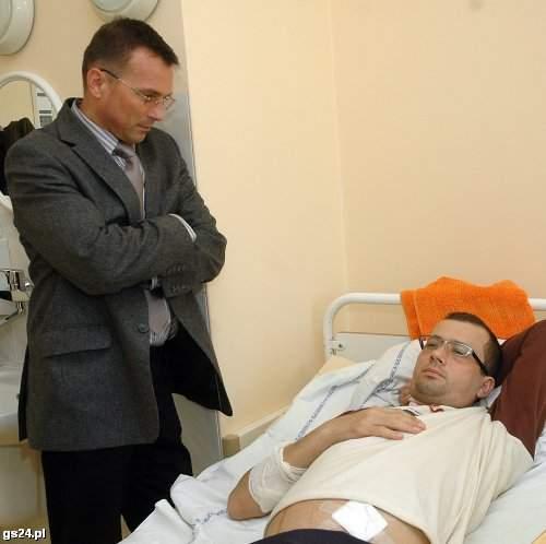 Sebastian Śmiejkowski, kiedy czekał na przeszczep, potrzebował pomocy psychologa. Na zdjęciu z prof. Kazimierzem Ciechanowskim. (Marcin Bielecki)
