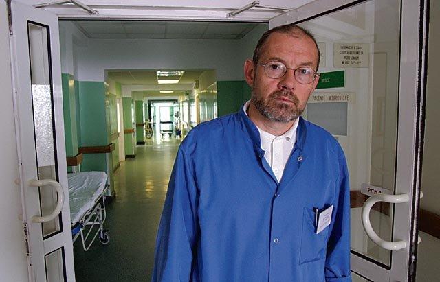 Docent Jerzy Jabłecki kieruje trzebnickim oddziałem chirurgii urazowo-ortopedycznej i replantacji kończyn Fot.Łukasz Giza/AG