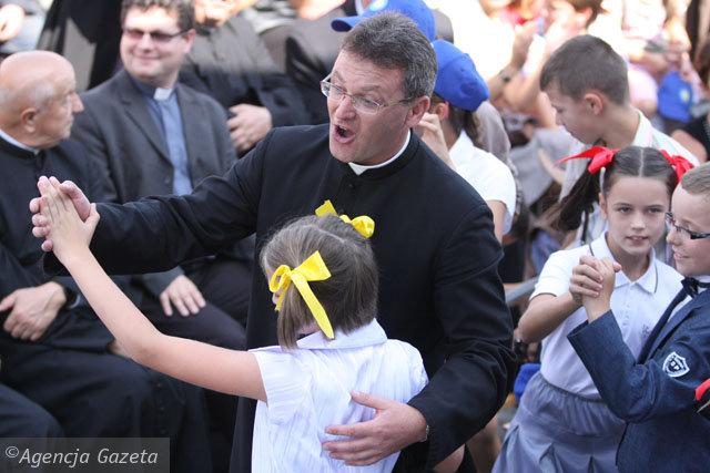 Ksiądz Piotr Sadkiewicz zachęca parafian do oddawania krwi i do rejestrowania się w banku dawców szpiku. Fot. Paweł Sowa