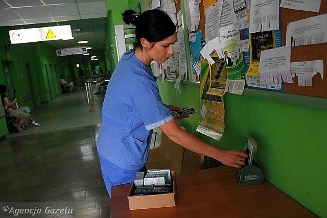 Aleksandra Woderska, koordynator ds. przeszczepów w Szpitalu Uniwersyteckim, dba, żeby skrzyneczki z deklaracjami, rozłożone w klinikach Szpitala Uniwersyteckiego, nigdy nie były puste Fot. Arkadiusz Wojtasiewicz / AG