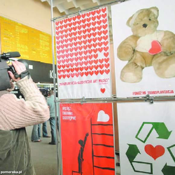Takie plakaty mają wywołać refleksję i zachęcić Polaków do dzielenia się swoimi narządami po śmierci. Na zdjęciu bydgoski dworzec PKP - kwiecień 2007 r. (Fot. Tytus Żmijewski)